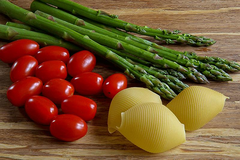 Asparagi, pomodorini e conchiglioni rigati