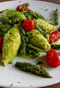 conchiglioni-con-crema-di-asparagi-e-pomodorini-al-forno