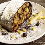 strudel al cacao con pere, pinoli caramellati e cannella