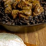 STUFATO DI MAIALE AL BOURBON con fagioli neri e peperoncini serrano