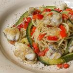 spaghetti con rana pescatrice zucchine e peperoni rossi